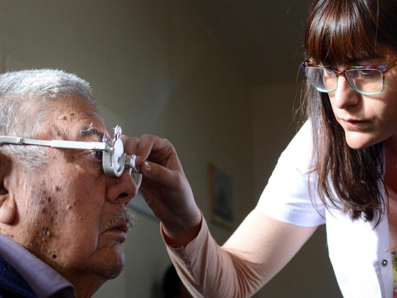 Hace 12 años médicos viajan a la Línea Sur para solucionar graves problemas de visión